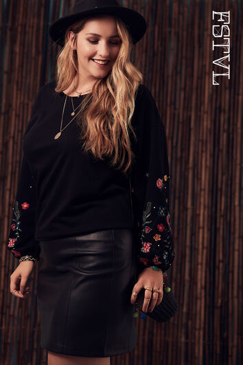 Pull-over avec manches bouffantes et broderies
